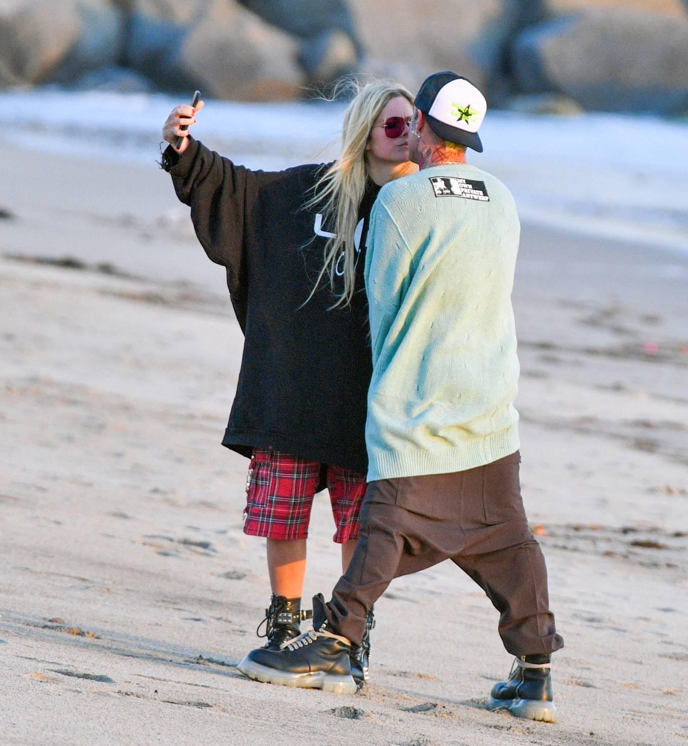 Avril Lavigne 2021 : Avril Lavigne – Celebrates Mod Suns 34th birthday on the beach in Santa Monica-18