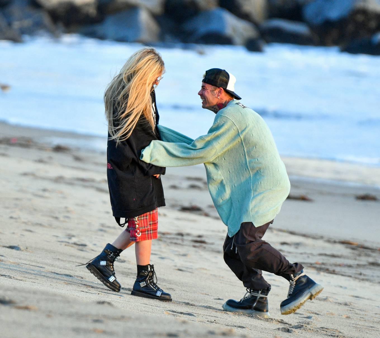 Avril Lavigne 2021 : Avril Lavigne – Celebrates Mod Suns 34th birthday on the beach in Santa Monica-19