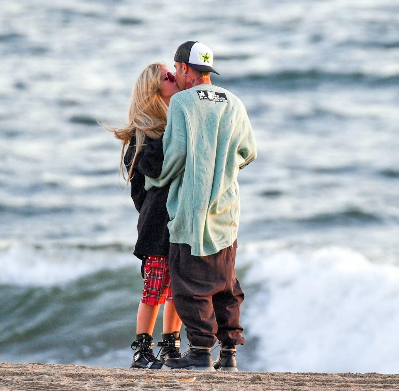 Avril Lavigne 2021 : Avril Lavigne – Celebrates Mod Suns 34th birthday on the beach in Santa Monica-20