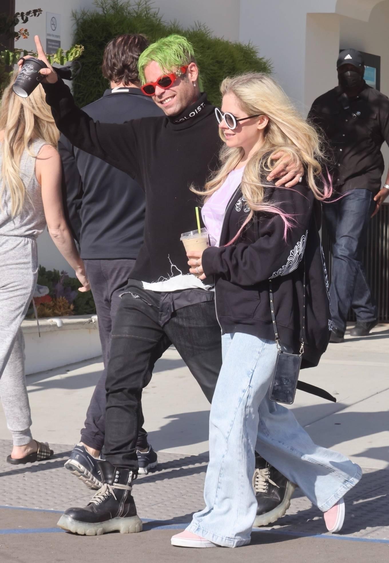 Avril Lavigne 2021 : Avril Lavigne – Grabs coffee in Malibu-01