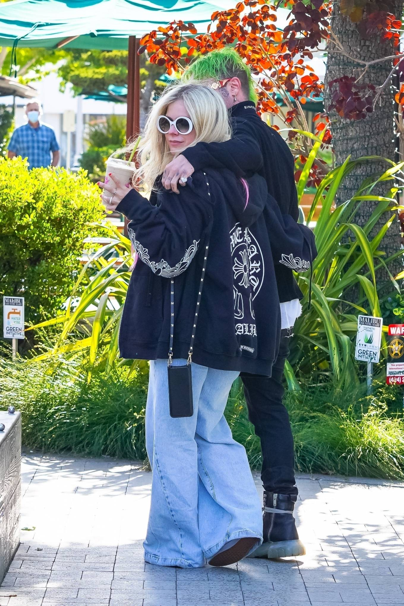 Avril Lavigne 2021 : Avril Lavigne – Grabs coffee in Malibu-05