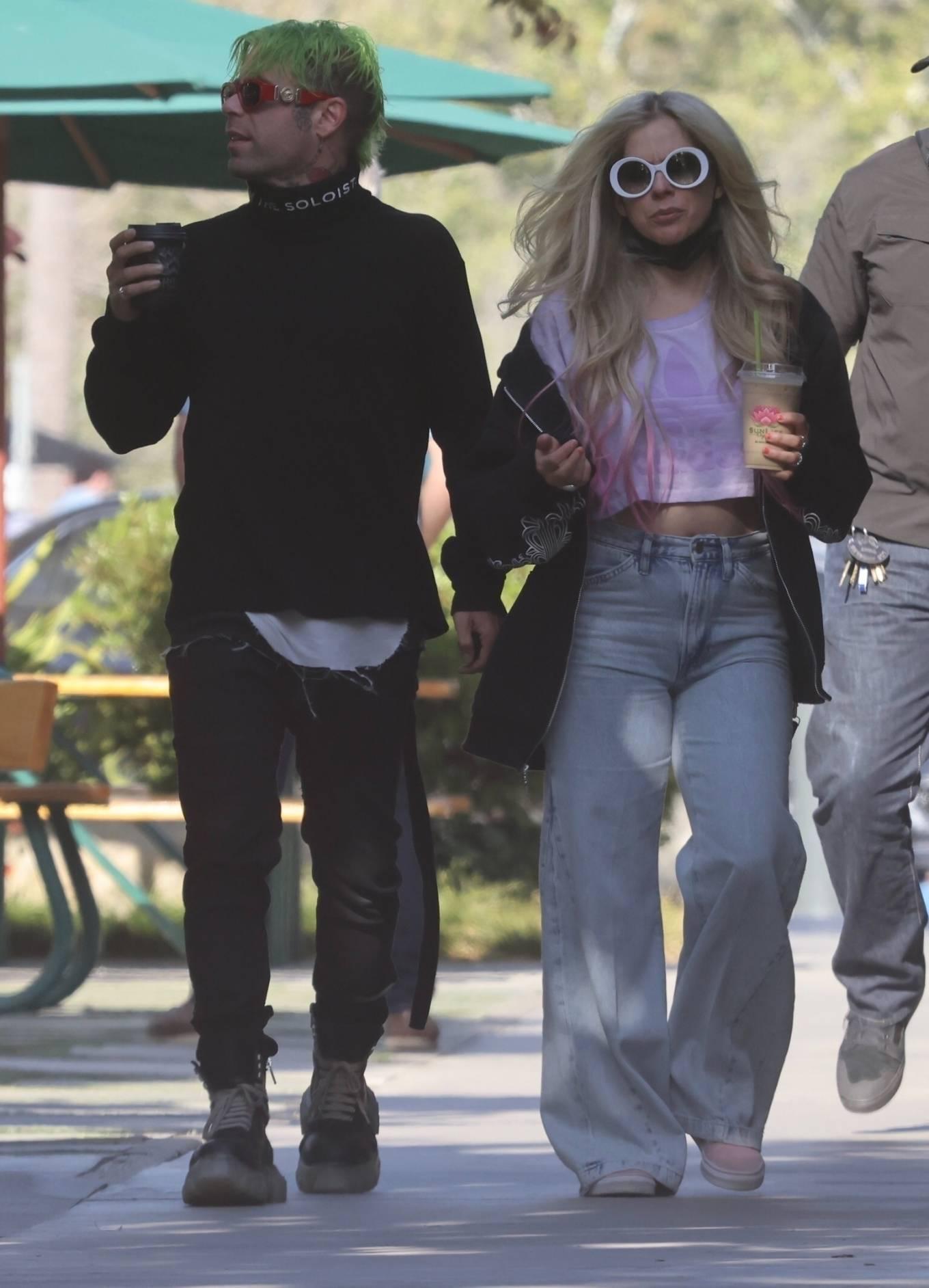 Avril Lavigne 2021 : Avril Lavigne – Grabs coffee in Malibu-08