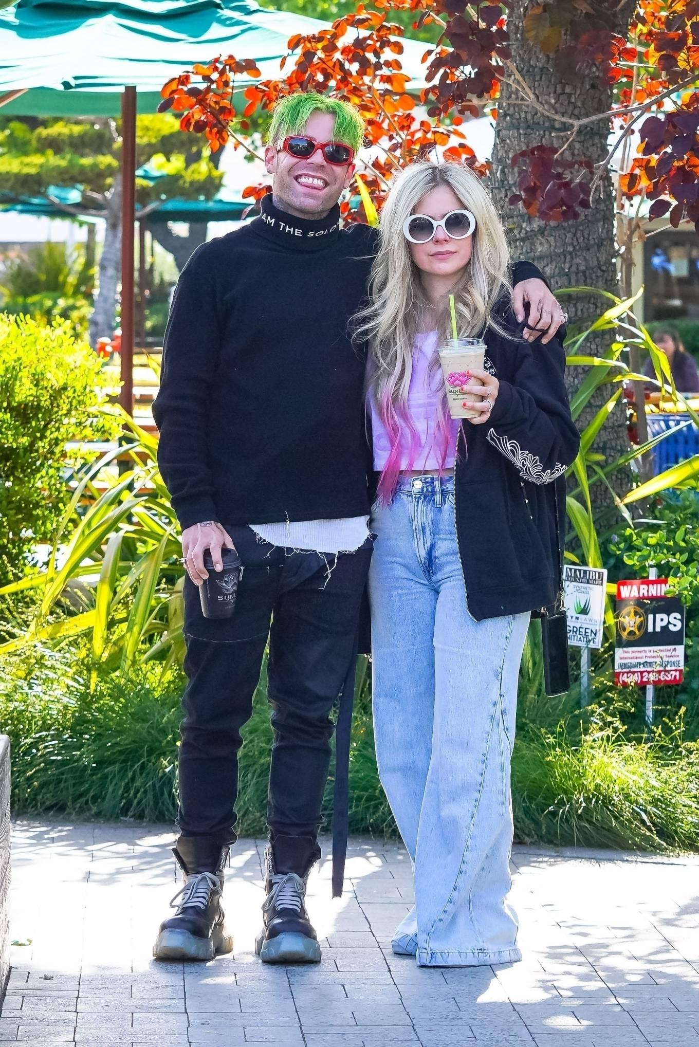 Avril Lavigne 2021 : Avril Lavigne – Grabs coffee in Malibu-09