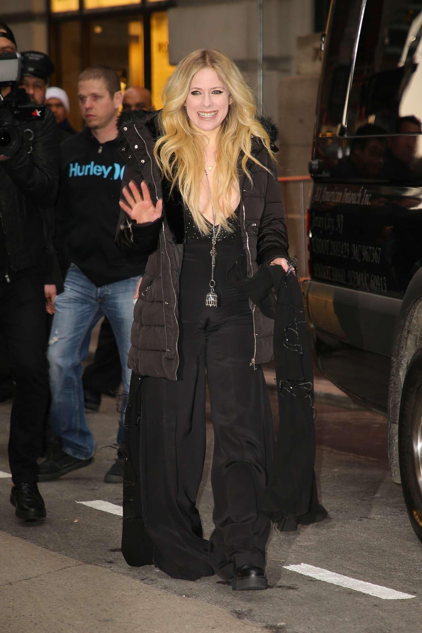 Avril Lavigne - Leaving her Hotel in New York