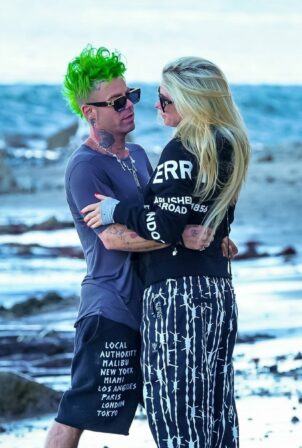 Avril Lavigne - Seen Mod Sun the beach in Malibu