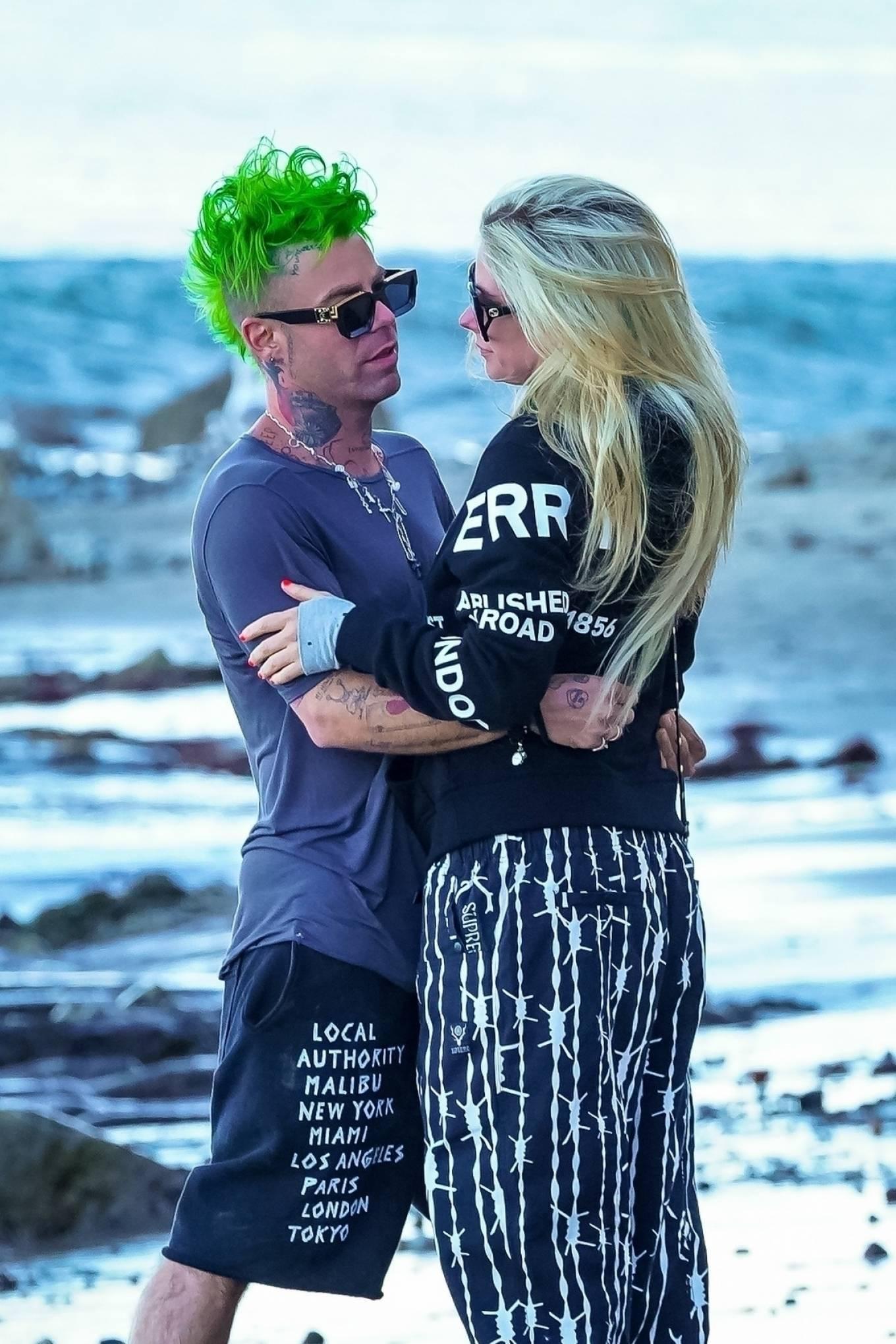 Avril Lavigne - Seen Mod Sun the beach in Malibu