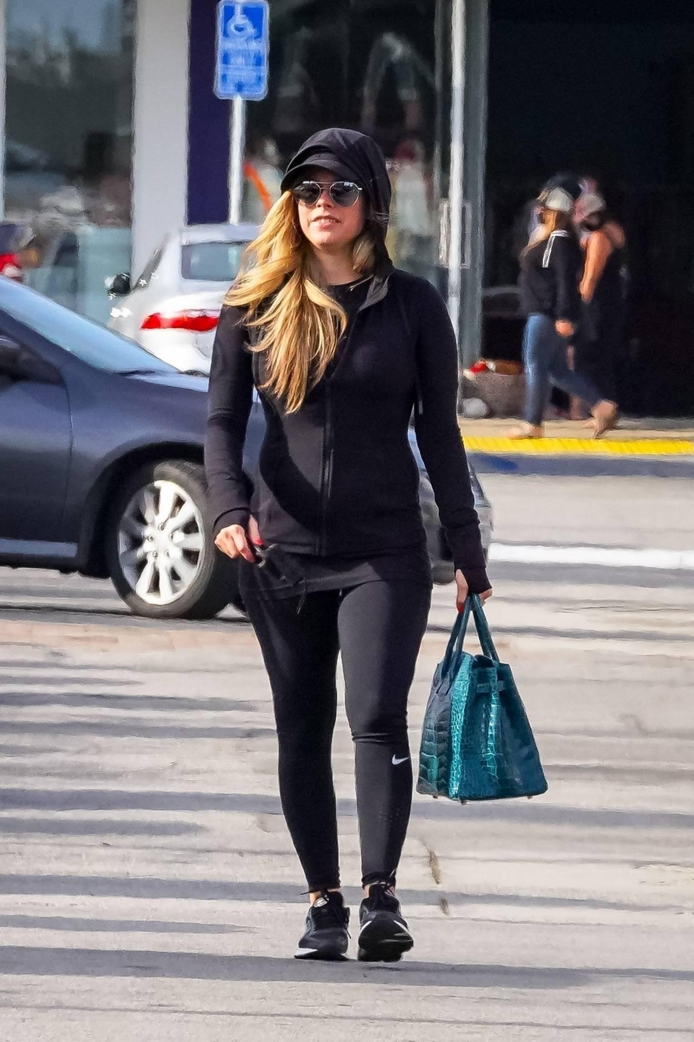 Avril Lavigne 2021 : Avril Lavigne – Shopping candids in Malibu-12