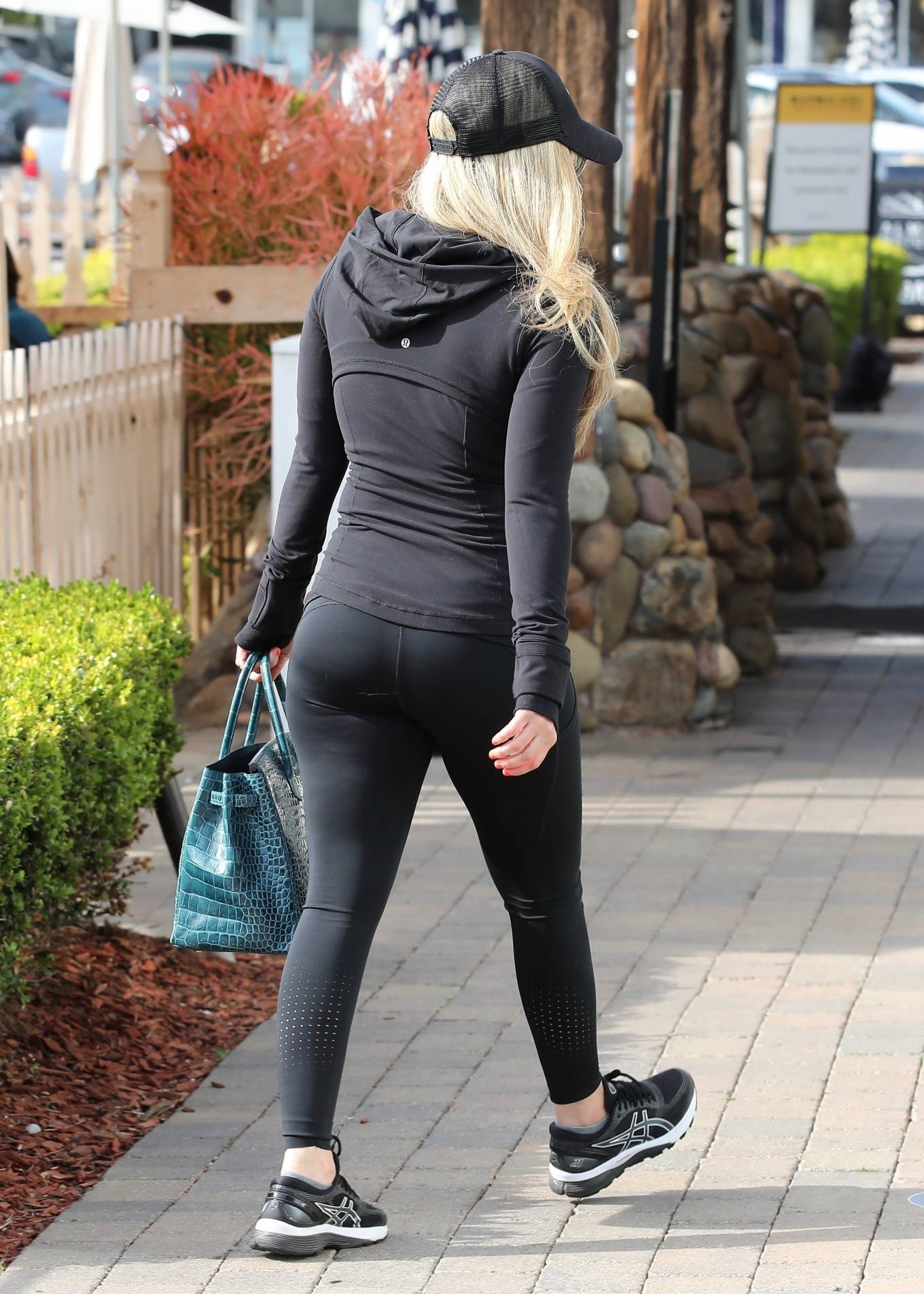 Avril Lavigne 2021 : Avril Lavigne – Shopping candids in Malibu-17