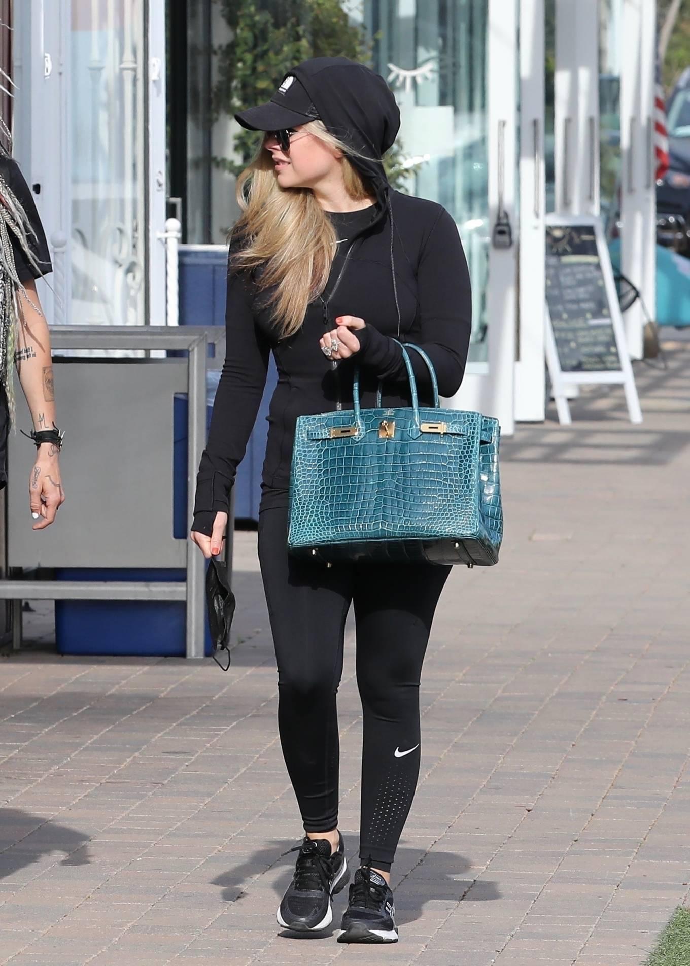 Avril Lavigne 2021 : Avril Lavigne – Shopping candids in Malibu-21