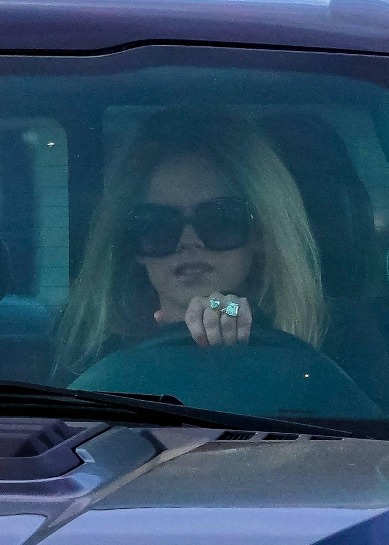 Avril Lavigne 2021 : Avril Lavigne – Shopping candids in Malibu-23