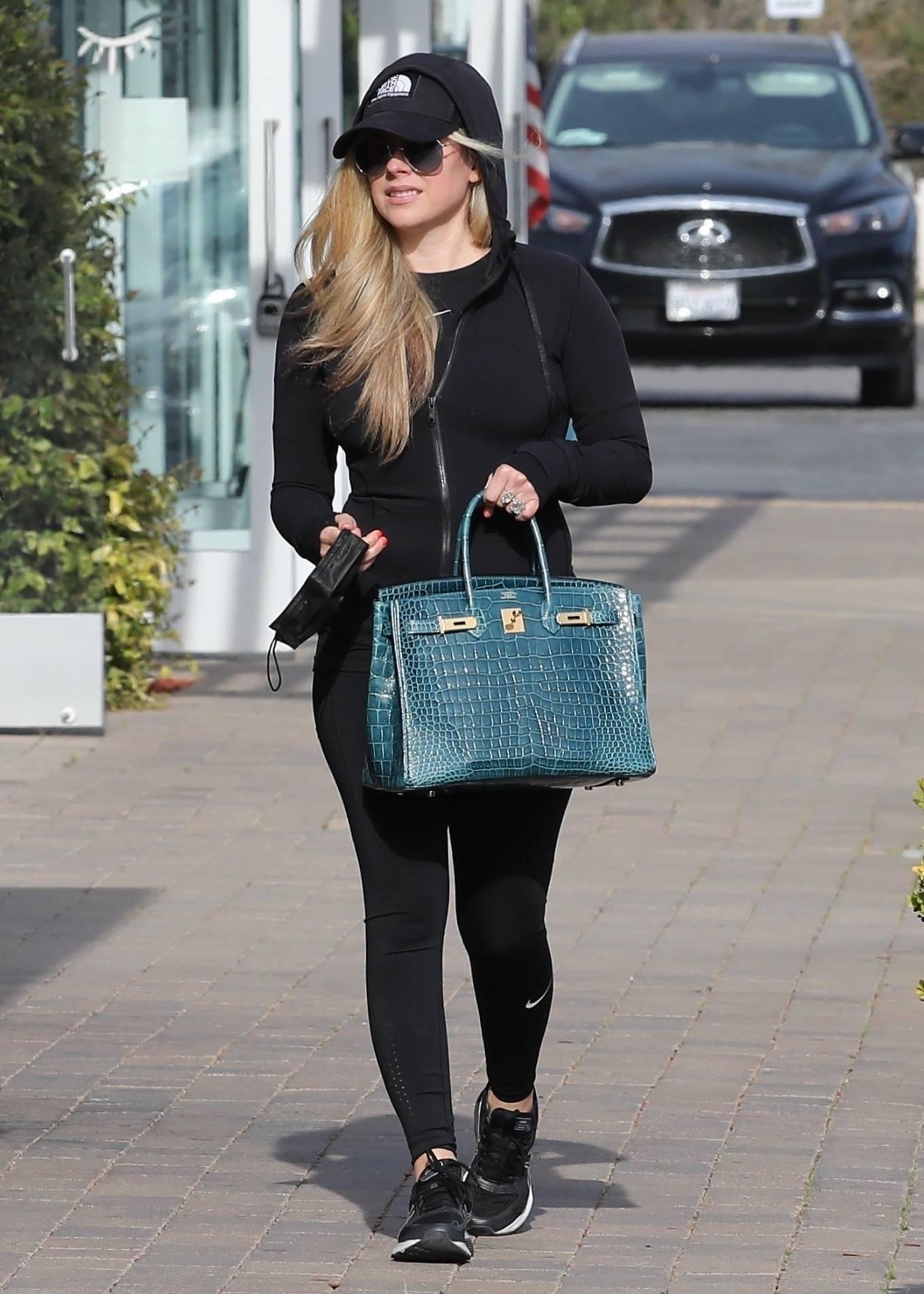 Avril Lavigne 2021 : Avril Lavigne – Shopping candids in Malibu-28