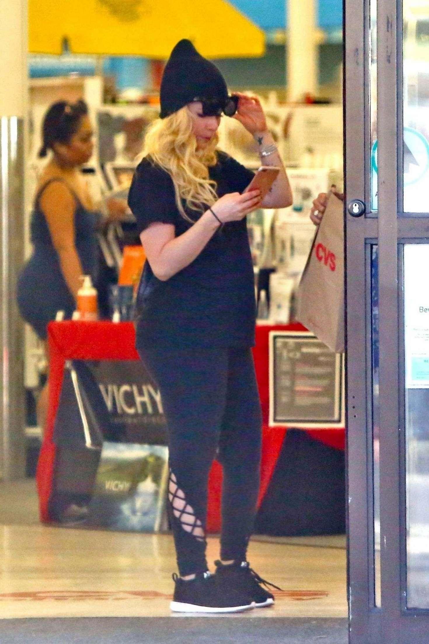 Avril Lavigne - Shopping in Malibu