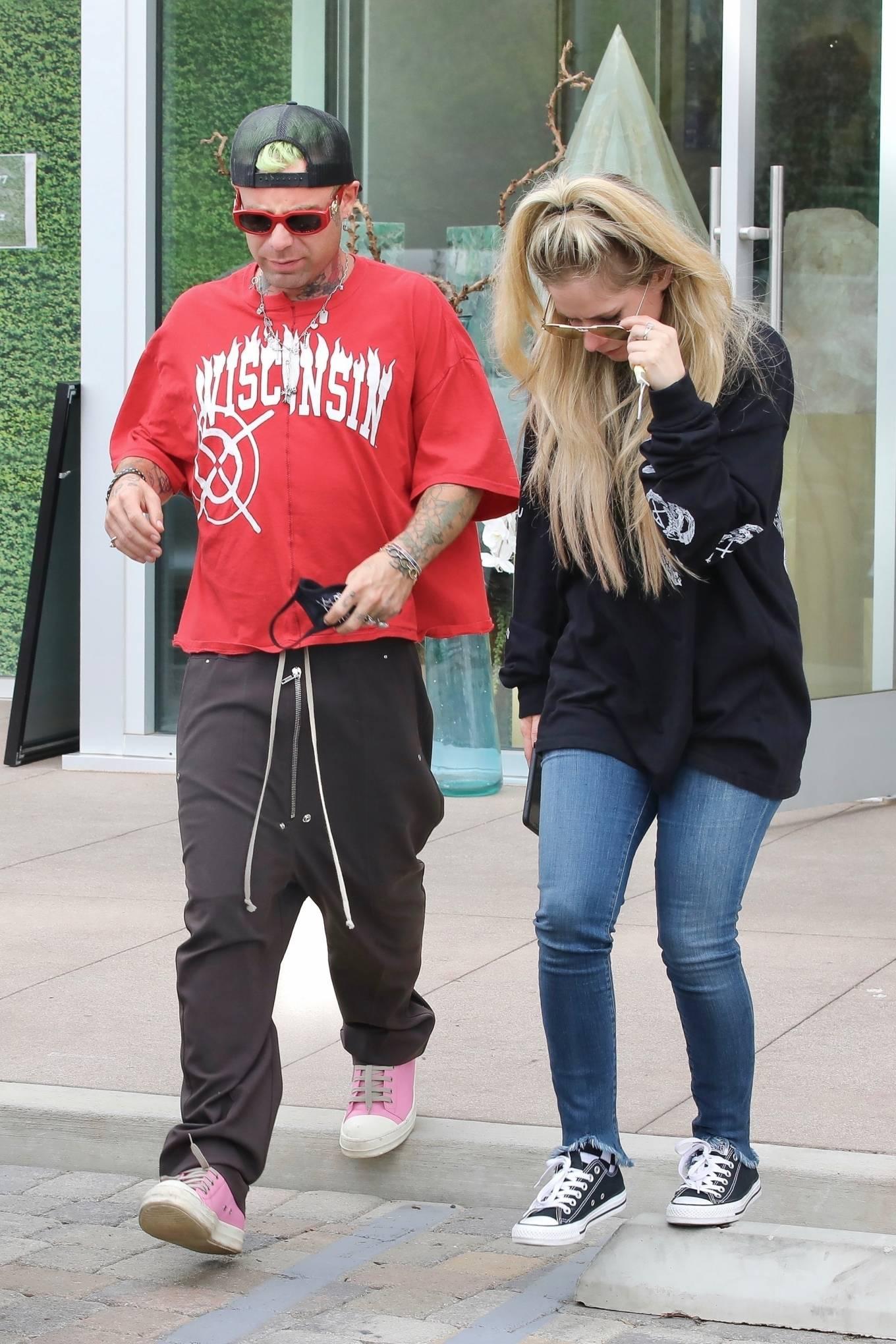 Avril Lavigne 2021 : Avril Lavigne – With Mod Sun seen at a Skate park in Malibu-14