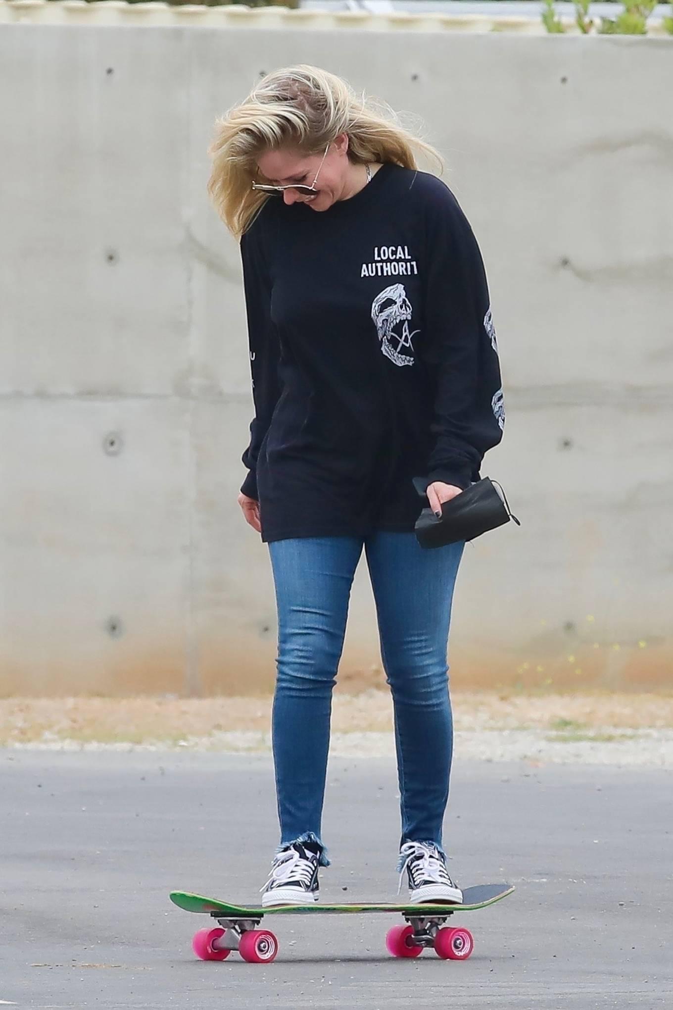 Avril Lavigne 2021 : Avril Lavigne – With Mod Sun seen at a Skate park in Malibu-19