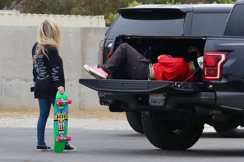 Avril Lavigne 2021 : Avril Lavigne – With Mod Sun seen at a Skate park in Malibu-20