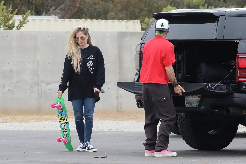 Avril Lavigne 2021 : Avril Lavigne – With Mod Sun seen at a Skate park in Malibu-21