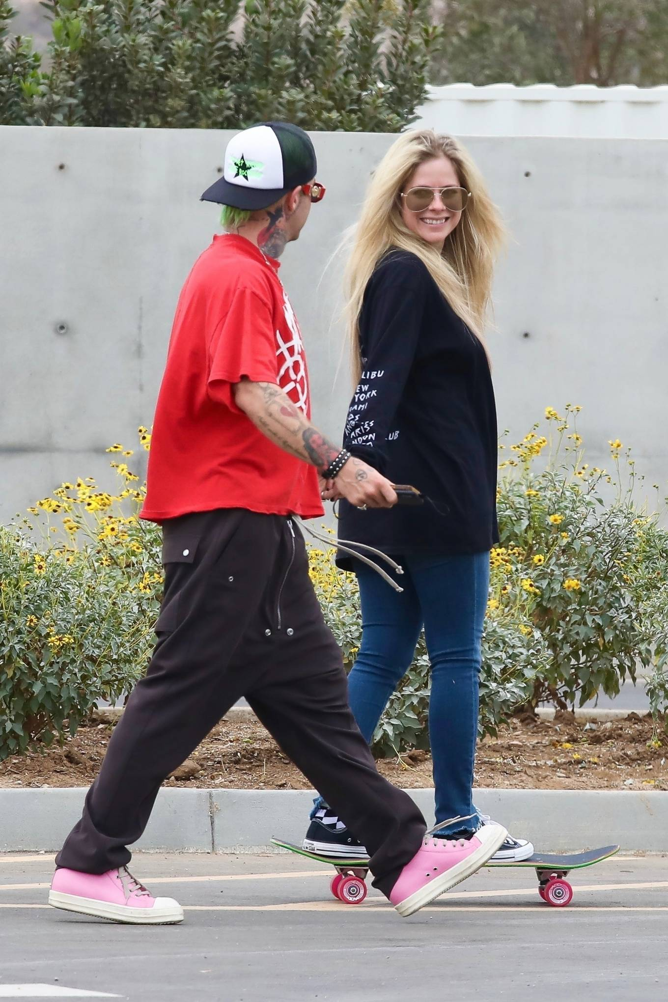Avril Lavigne 2021 : Avril Lavigne – With Mod Sun seen at a Skate park in Malibu-26