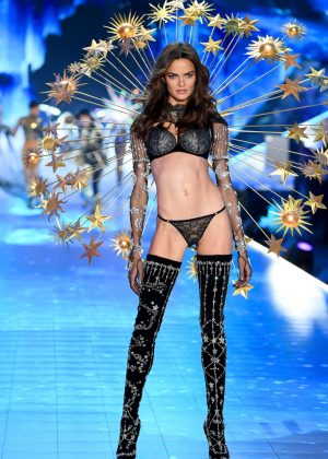 Barbara Fihalo - 2018 Victoria's Secret Fashion Show Runway in NY