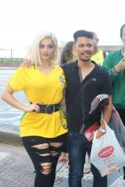 Bebe Rexha - Takes pictures with fans heading to the city of rock in Rio De Janeiro