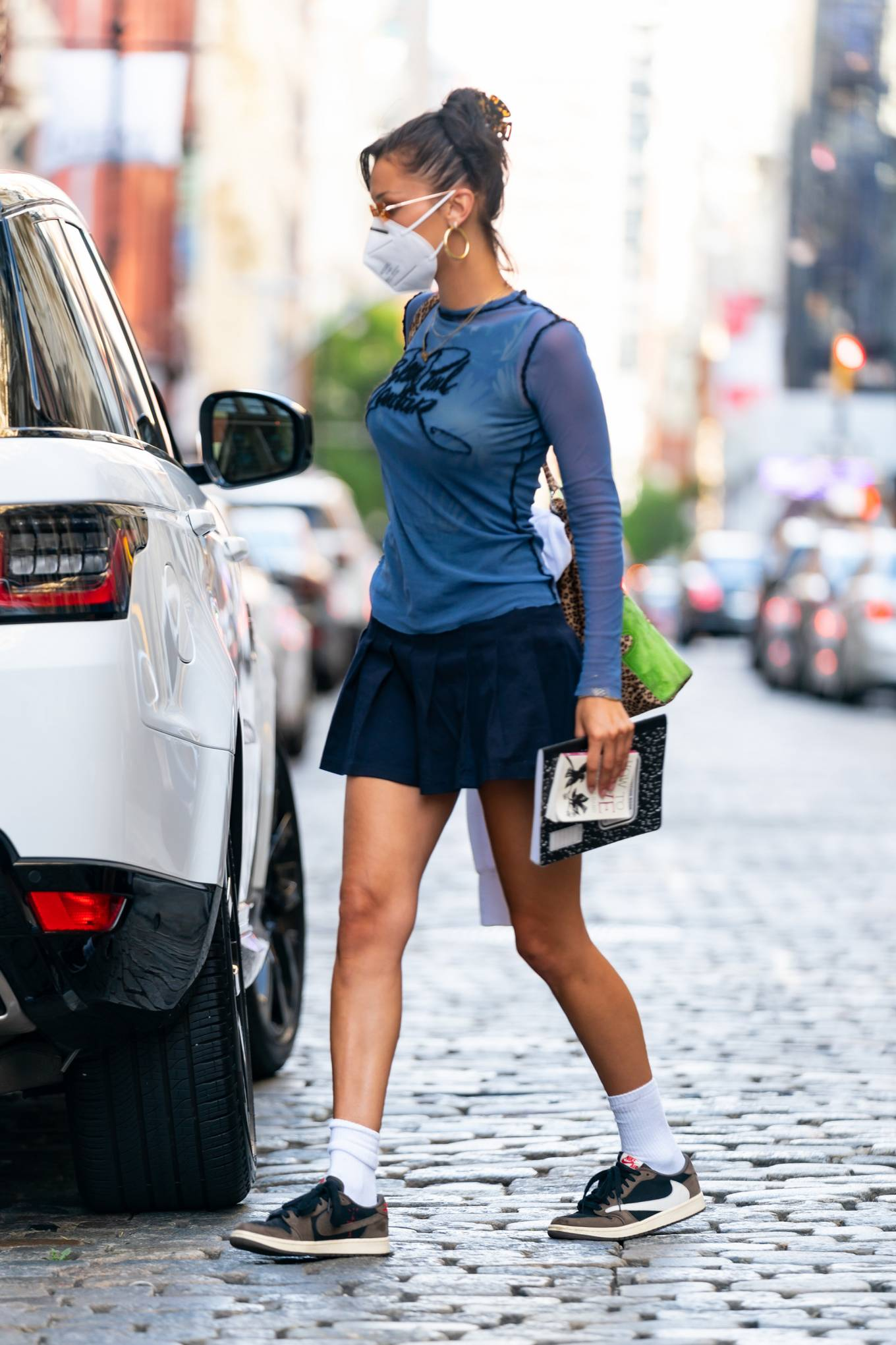 Bella Hadid - Looks chick heading out in New York
