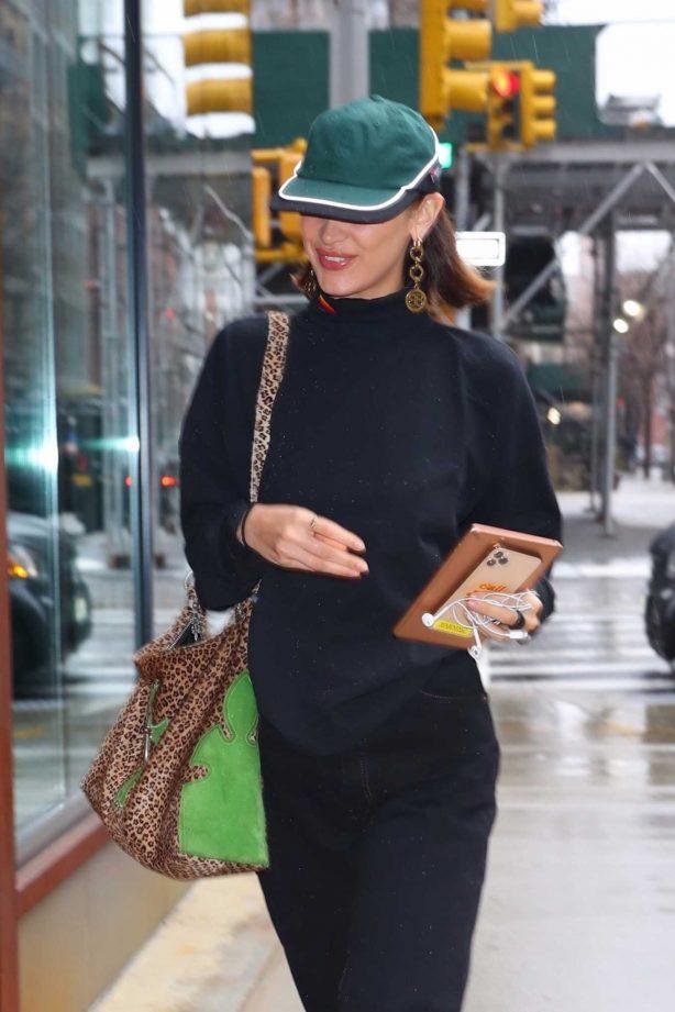 Bella Hadid - Visit her sister Gigi at her apartment in New York City