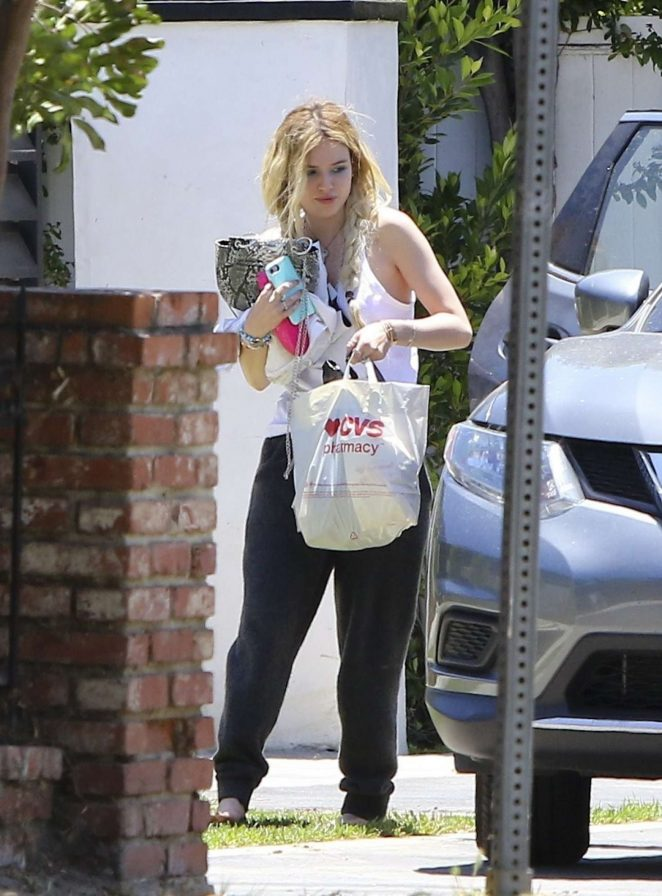 Bella Thorne - Arrives home in Sherman Oaks