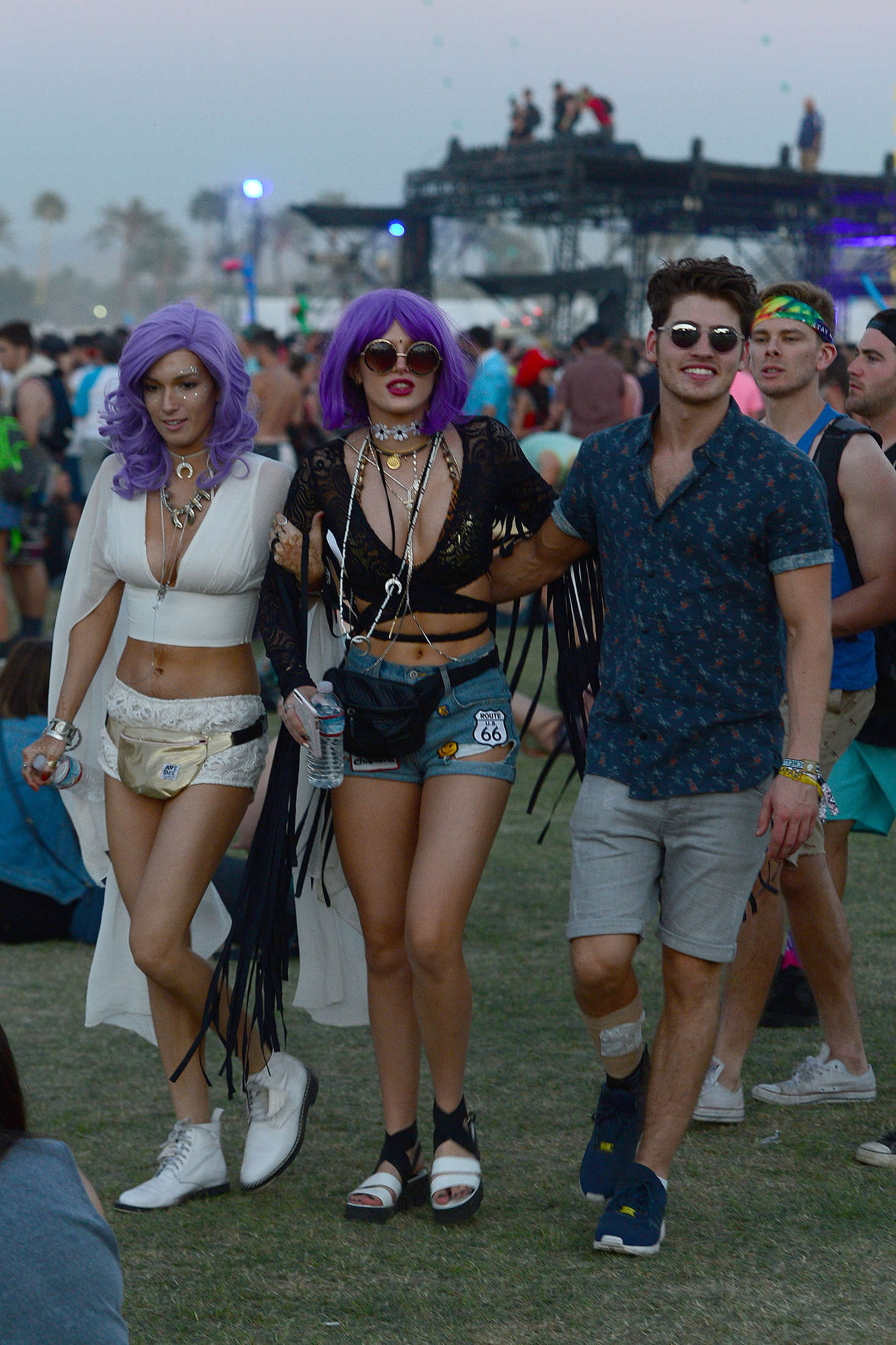 bella thorne coachella music festival 2016 day 3 21 gotceleb. Black Bedroom Furniture Sets. Home Design Ideas