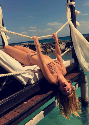 Bella Thorne in Bikini - Twitpic 2016