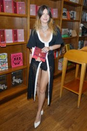 Bella Thorne - Speaks of her New Book 'The Life of a Wannabe Mogul: Mental Disarray' in Florida
