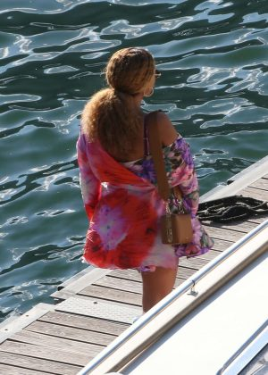 fadf852c829 Beyonce and Jay-Z  Ride on a boat on Lake Como -12 - Full Size