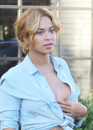 Beyonce in Jeans Shirt Out for lunch in LA