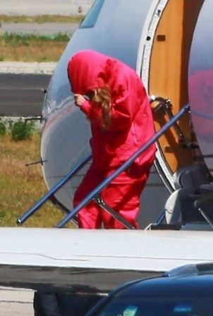Beyonce - Touch down at an airport outside of Los Angeles