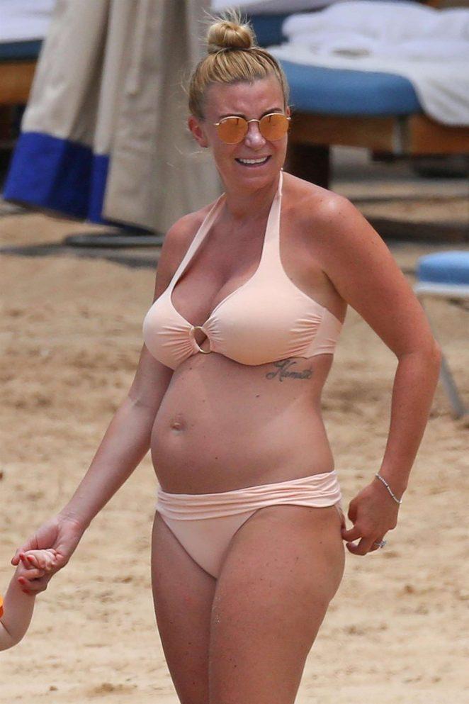 Billi Mucklow in Bikini on the beach in Honolulu