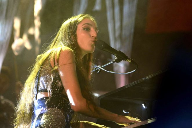 Birdy - Performs live in concert in Hannover
