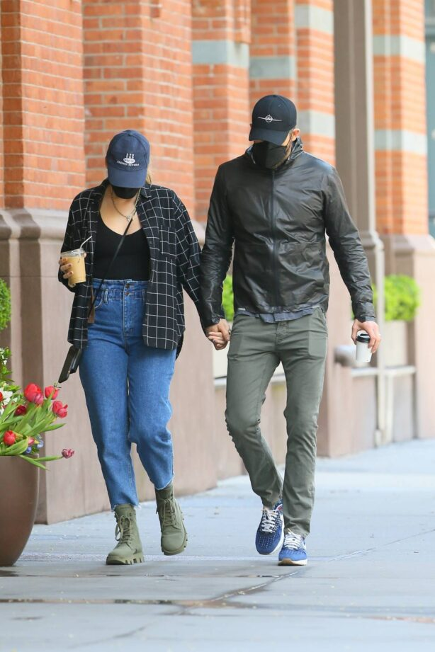 Blake Lively - With Ryan Reynolds return to their apartment with coffee in New York