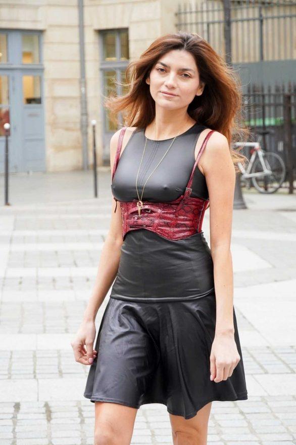 Blanca Blanco - Poses for photos in Paris