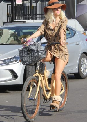 Blanca Blanco - Riding a bike in Venice Beach