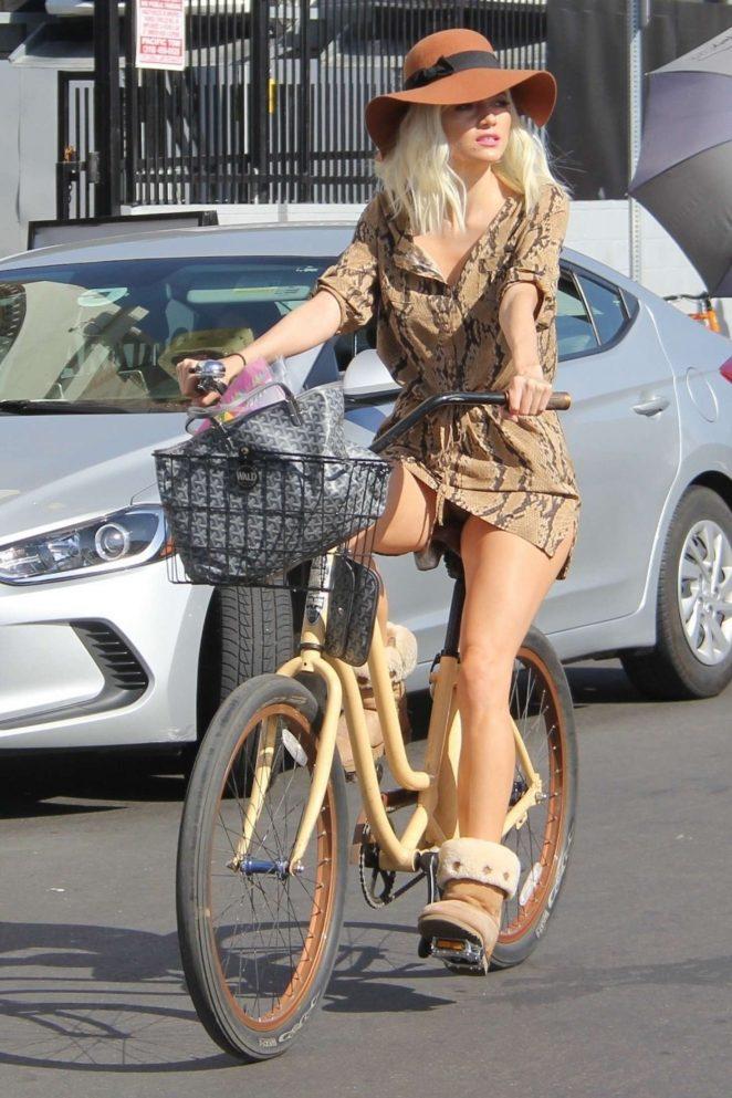 Blanca Blanco - Riding a bike in Venice Beach