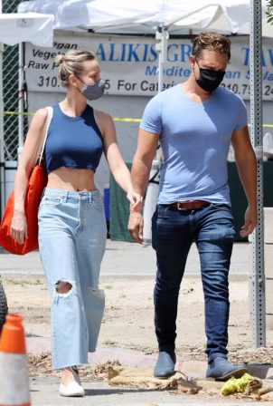 Brie Larson - Shopping candids at the Malibu Market in Malibu