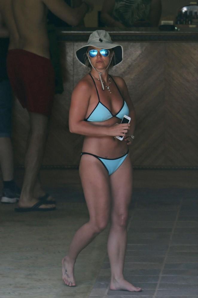 Britney-Spears-in-Blue-Bikini--11-662x99