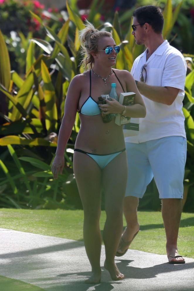 Britney-Spears-in-Blue-Bikini--43-662x99