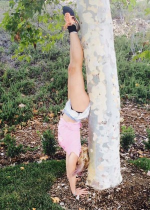 Britney Spears Doing a Handstand - Twitter Pic