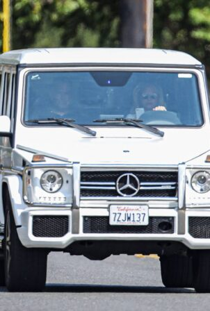Britney Spears - Driving and holding her phone in Calabasas