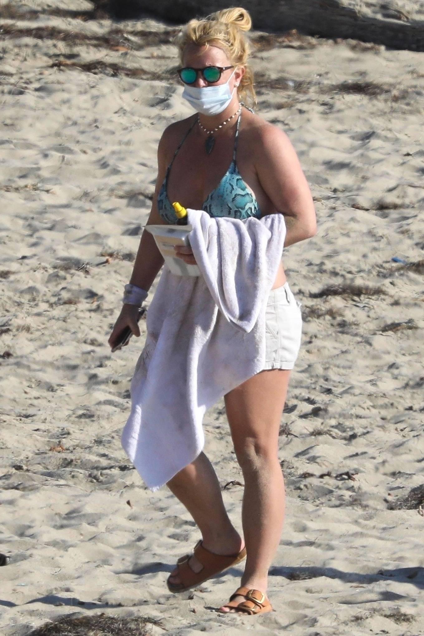 Uncategorized 2020 : Britney Spears – In Bikini at a Beach in Malibu-20