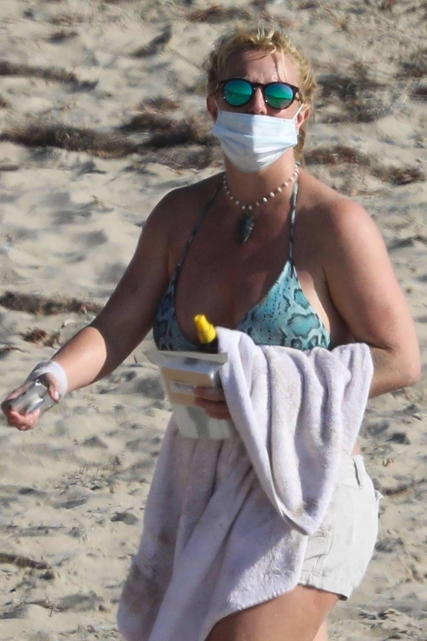 Uncategorized 2020 : Britney Spears – In Bikini at a Beach in Malibu-28