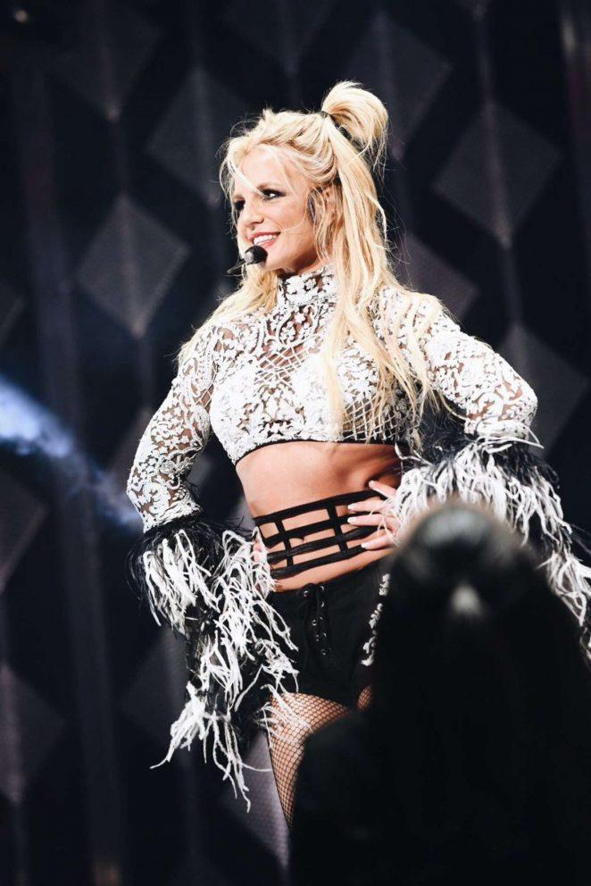 Britney Spears Performing At 102 7 Kiis Fms Jingle Ball 16 Gotceleb