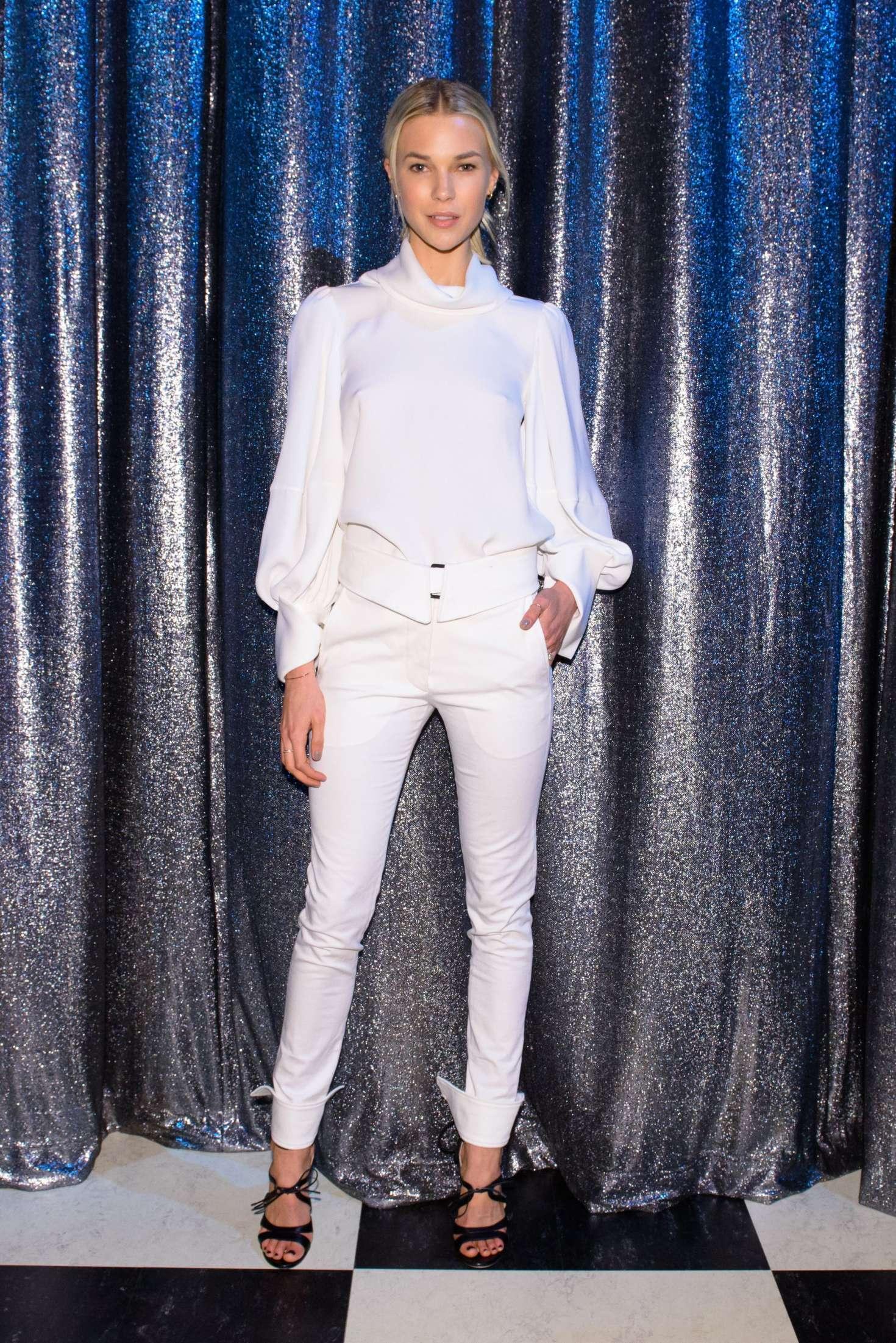 Britt maren oscar de la renta show at 2017 nyfw in new york for Oscar de la renta wallpaper