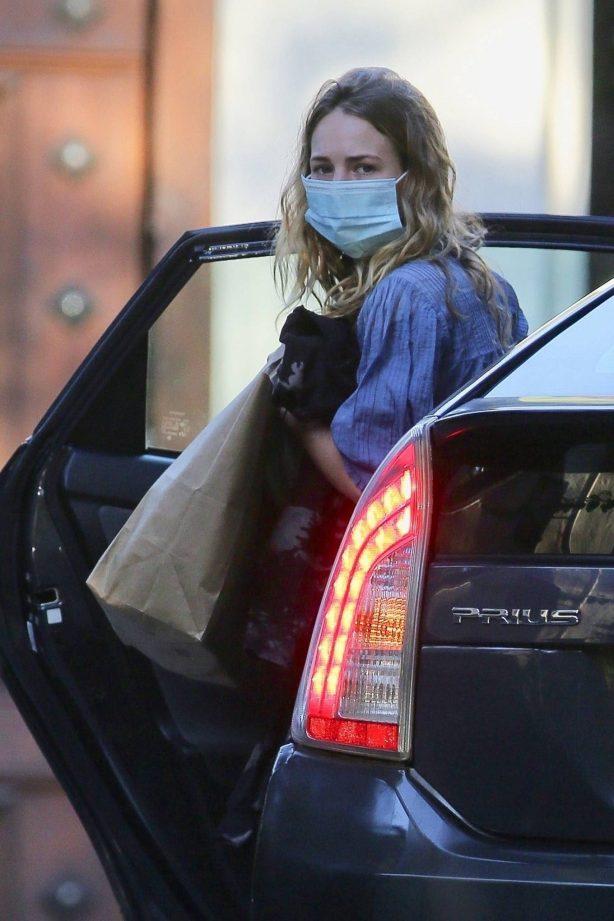 Britt Robertson - Arrives in an Uber in Los Angeles
