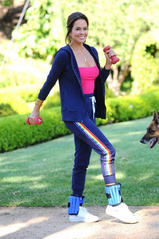 Brooke Burke - Power walking in her front yard in Malibu