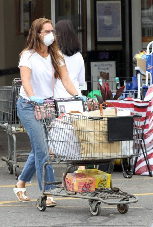 Brooke Shields - Seen at grocery store at Stop and Shop in Sag Harbor
